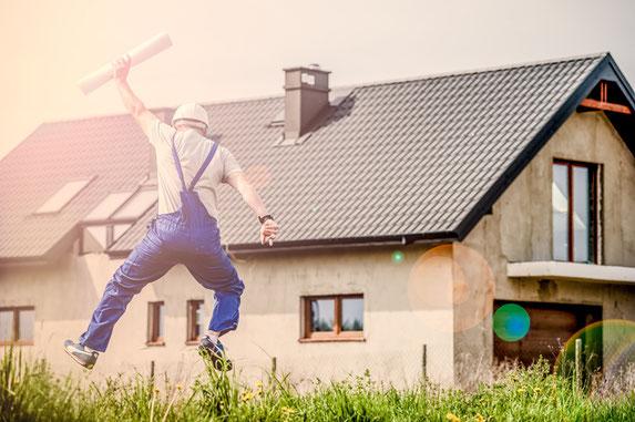 Bauherr freut sich über das fertig gedeckte Dach.