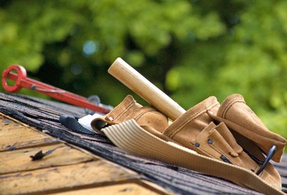 Handwerkzeug eines Dachdeckers.