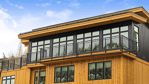 Durch Holz und Blech verkleideter Balkon.