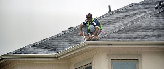 Dachinspektion auf einem Einfamilienhaus.