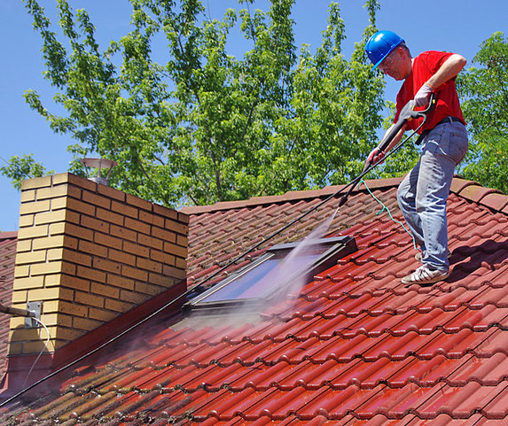 Reinigung der Dachziegel mit Hochdruckreiniger.