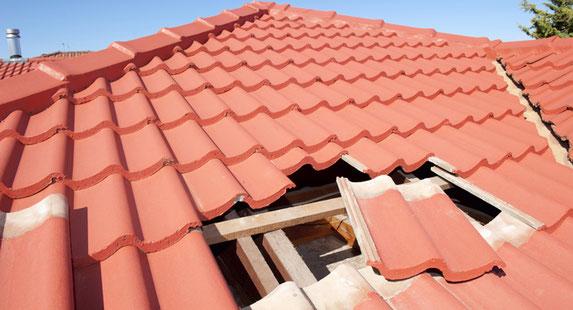 Dachschaden am Haus mit roten Ziegeln.