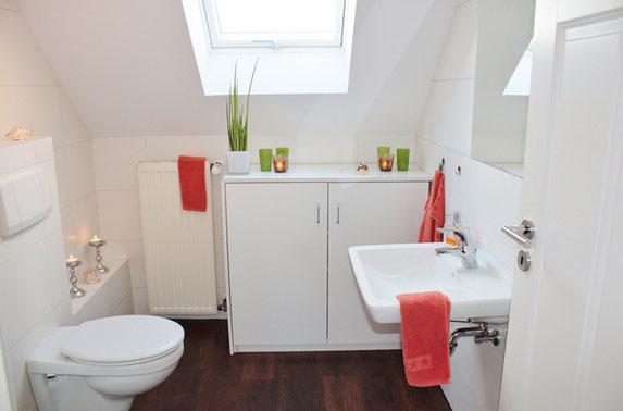 Ansicht eines Dachfensters von innen in einem Badezimmer.
