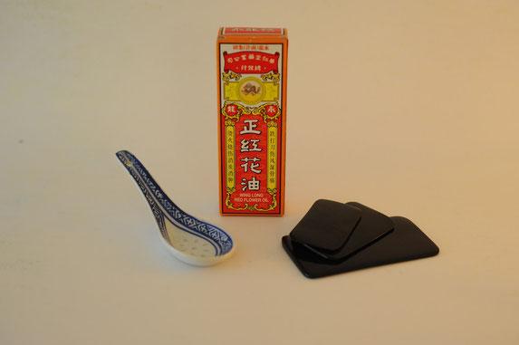 Gua Sha Werkzeuge und chinesisches Schmerz-Öl