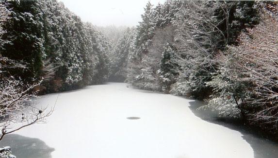 神秘的な雪景色(竜王池)
