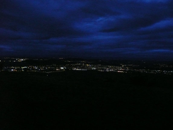 Vue du plateau de Gergovie : Clermont-Ferrand de nuit