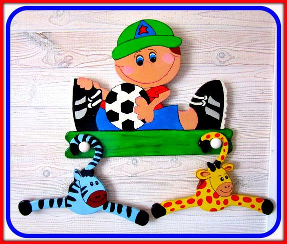 Patère et cintres en bois pour chambre enfant