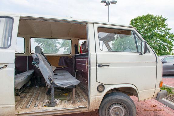 VW-Bus Bully zum Trtansport der Erntehelfer sowie der Ernte. Dargestellt ist der Innenraum mit der mittleren Sitzbank. Bemerkenswert sind die Sicherheitsgurte. Das Foto entstand in Weiterstadt/Gräfenh