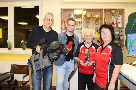 Die ORF NÖ-Mitarbeiter Markus Posch und Mathias Eßmeister kamen nach Sierndorf, um unseren Hollabrunner Superstar Margit Schieder beim Training zu filmen. Die stolze Tochter Eva Graser freute sich mit ihrer Mutter.