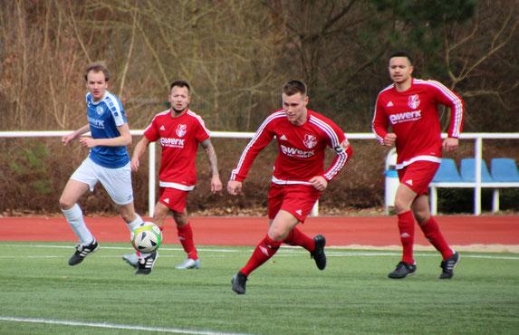 Dave Fehland (2.v.r.) bereitete zwei Treffer vor. Christian Meier (r.) erzielte das 2:0 für den OSV. Foto: Mathias Merk