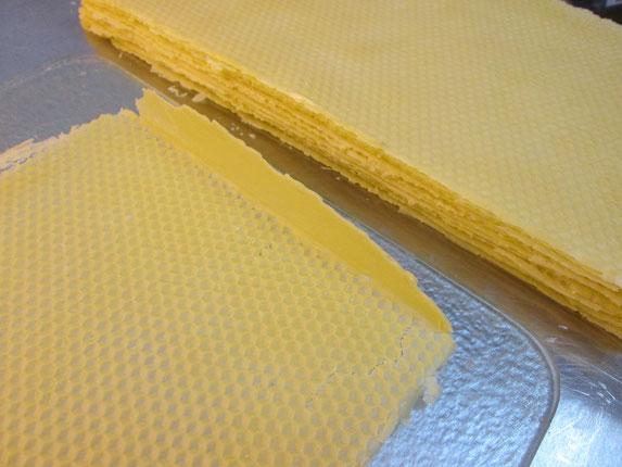 Auf einer Glasplatte werden die Ränder zurecht geschnitten:  Hier sieht man die noch hoch stehende Wachskante sowie bei genauem Hinsehen unten rechts einen Riss durch unvorsichtiges Entnehmen.