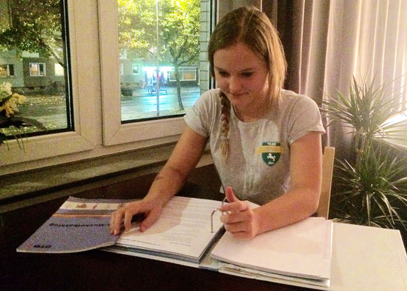 Johanna lernt für die Ausbildung zur Übungsleiterin