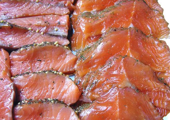 Gravedlachs, geschnitten - jede Schnittfläche bietet Angriffsfläche für Bakterien. Deshalb: Fisch am Stück kaufen und selber frisch aufschneiden!