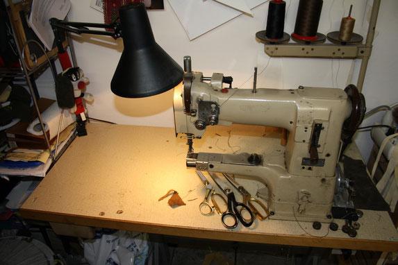 Nähmaschine zur Verarbeitung von Hirschlederhosen