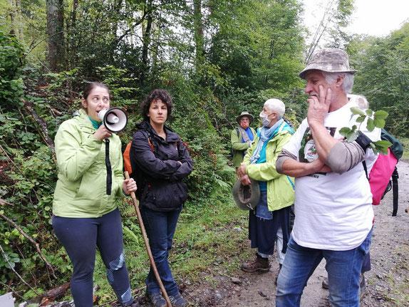 Deux organisatrices qui connaissent parfaitement la forêt, son rôle... des explications qui ont ravi la foule avide d'informations. 6 sept 2020 à Capvern-Photo ACCOB
