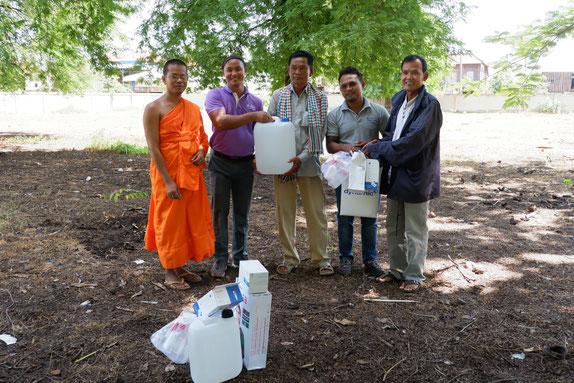 衛生用品は、植林活動を実施した6校・ 2寺院のほか、村役場など9ヵ所に配布