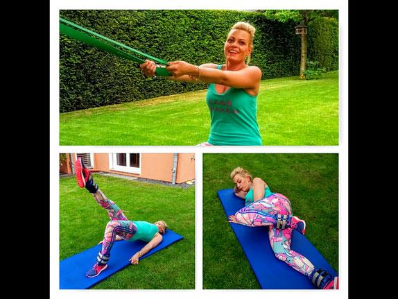 Blonde Frau trainiert im Garten