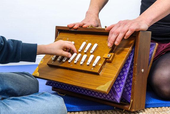 Musiktherapie Kinder Autogenes Training Shruti-Box Berlin Entspannung Kurse Kostenerstattung Schulstress