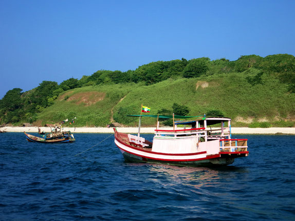 Ausflugsboot vor der Birds-Island