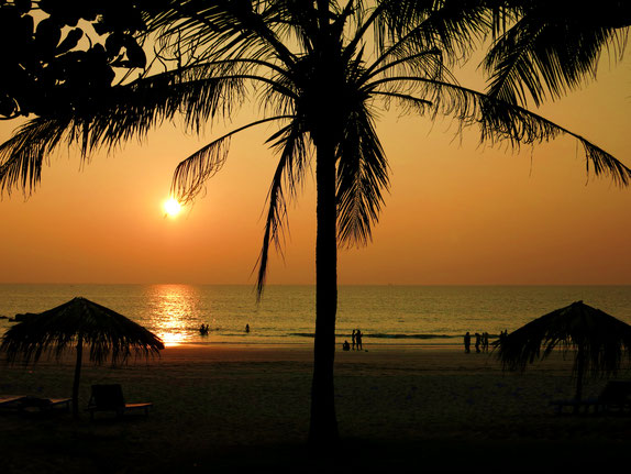 Blick auf den Strand bei Sonnenuntergang