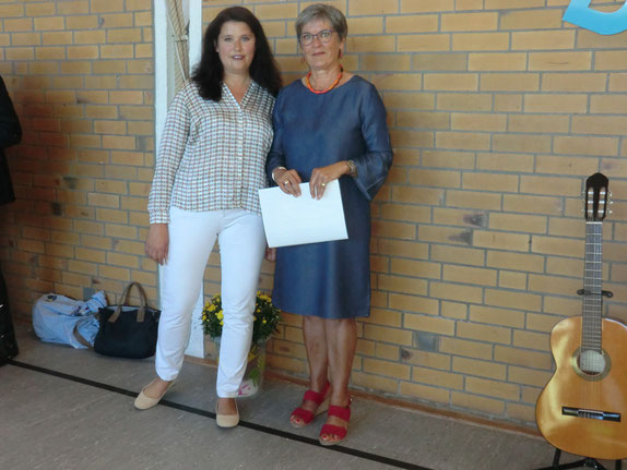 Die Bürgermeisterin Frau Falkenberg und die Schulleiterin Frau Biesenack