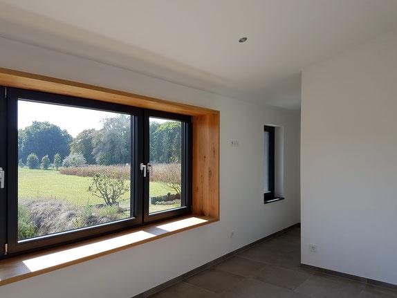 Einfamilienhausneubau mit Sitzfenster aus massiver Eiche