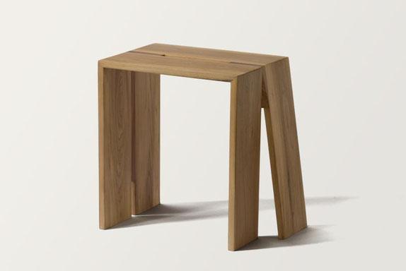 Holzhocker aus Massivholz in minimalistischem Design aus lokaler Kölner Roteiche