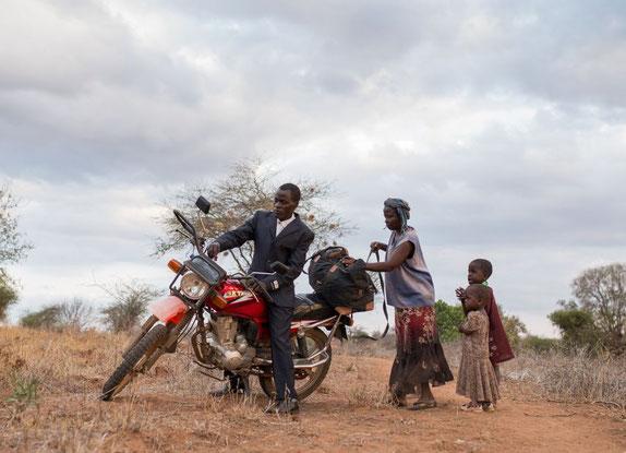 Der Bauer Kisilu Musya reist von seiner Heimat Kenia nach Paris an den Weltwirtschaftsgipfel  (Bild: srf.ch)