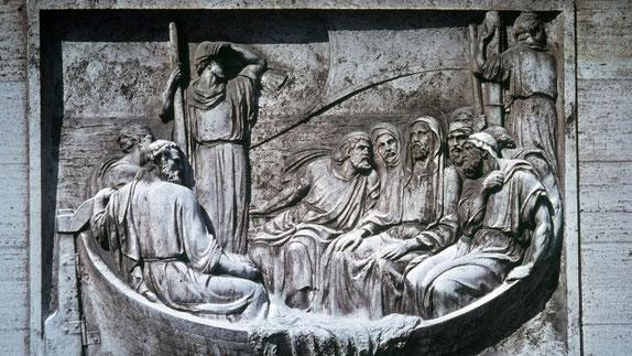Jesus und seine Jünger im Boot auf dem See Genezareth (Relief, Vatikan)
