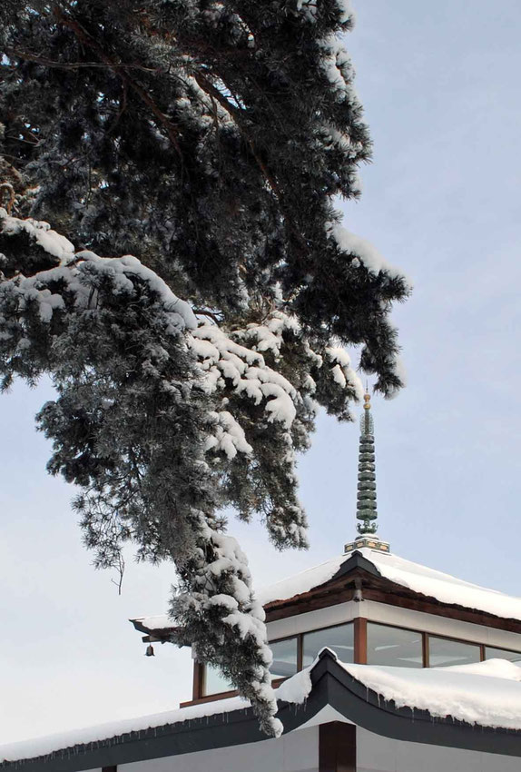 雪の松と相輪