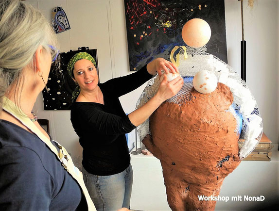 Tante Erna bekommt Brüste... Einblick in einen Skulpturen Workshop / Roswitha Farnsworth mit Renate