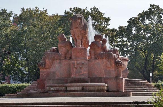 Der Stierbrunnen am Arnswalder Platz