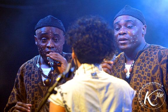Les Jumeaux de MASAO (Masao Masu) et la chanteuse Sha Rakotofiringa. Photo : Jean-Luc Karcher