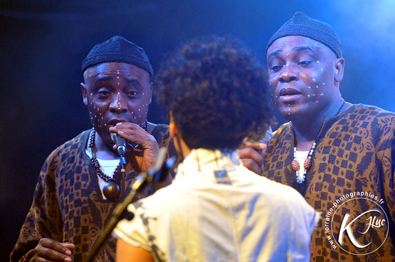 Les Jumeaux de MASAO (Masao Masu) and singer Sha Rakotofiringa. Photo : Jean-Luc Karcher