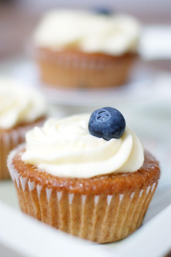 Vanille-Cupcake mit Heidelbeeren und Zitrone