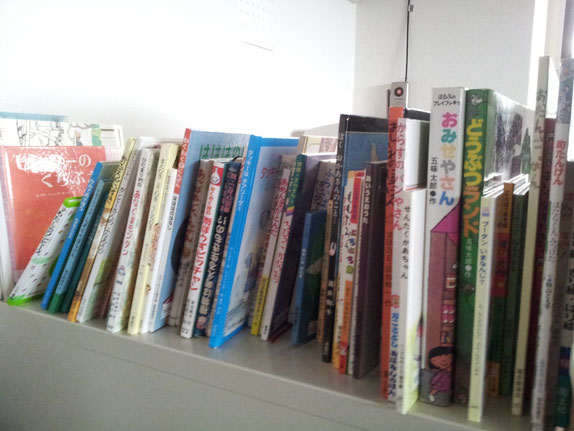 ▲スタジオplus+には、在籍する児童からの寄付で様々な絵本・児童文庫が取り揃えられています