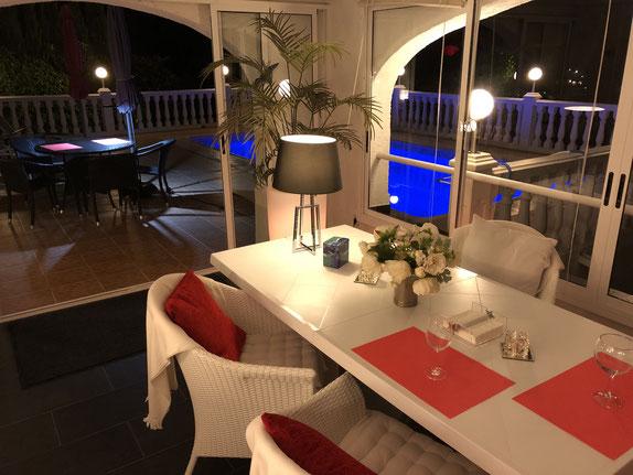 Blick vom Wintergarten auf dem Pool bei Nacht, Ferienwohnung Valencia