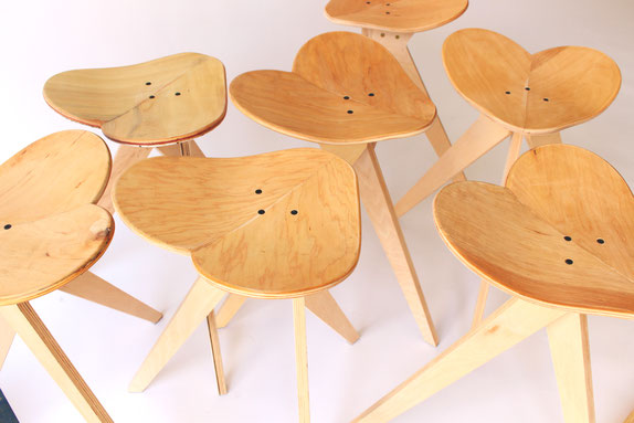 Skateboard Hocker in Herzform aus recycelten Skateboards. Upcycling par excellence. Ahorn und Birke natur. Skateboardhocker und Stuhl. Skateboard chair and stool made from maple and birch plywood.