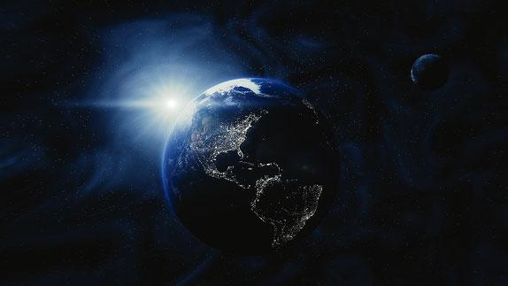 Après la destruction de Babylone la grande, Jésus-Christ descend du ciel illuminant la terre de sa gloire céleste resplendissante. Puis il crie d'une voix forte « Elle est tombée, elle est tombée, Babylone la grande! ».