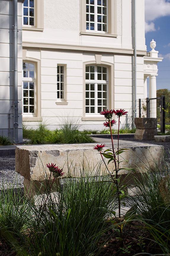 Architekturfotografie Kaisersruh: Westseite mit Sitzbank aus Steinquadern im Vordergrund. Foto: Dr. Klaus Schörner, Bauherr: Franko Neumetzler, Architekt: Studio Makarowski, Copyright 2018