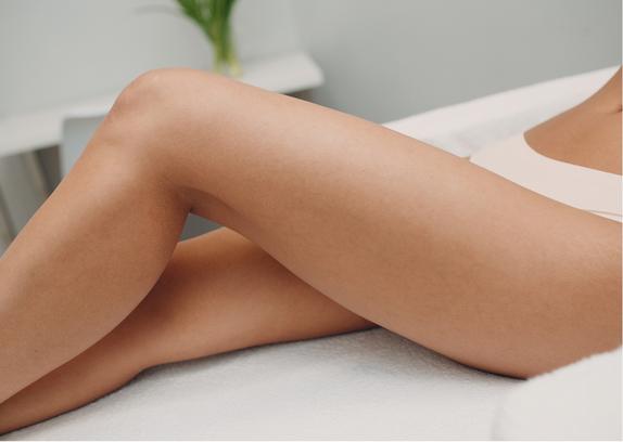 Die vorher rasierten Haare befinden sich nach der SHR-Behandlung noch in der Haut. Sie werden je nach Körperregion innerhalb 1–3 Wochen abgestoßen und fallen aus.