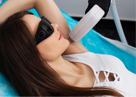 Um eine dauerhafte Haarentfernung mit SHR zu gewährleisten, sollte man mit mind. 6–8 Sitzungen im Abstand von etwa 4–8 Wochen rechnen.