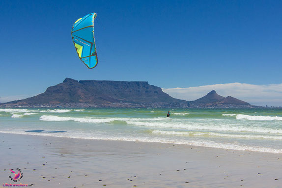 Kitesurfen vor dem Tafelberg in Sunset Beach, Kapstadt