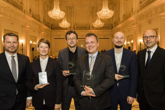 Dirk Andres, Catherine Hoffmann, Martin-Werner Buchenau, Lars Petersen, Anis Micijevic, Lucas Flöther. Prize winners Journalism Award with laudators © 2018 Sven Döring