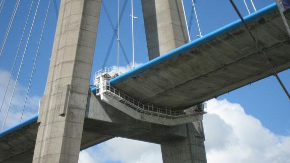 Passerelle de maintenant sous le pont