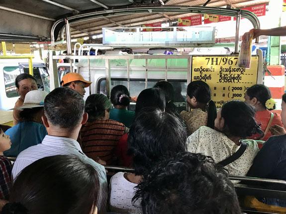 Die Trucks fassen 48 Personen - viel Platz bleibt da nicht