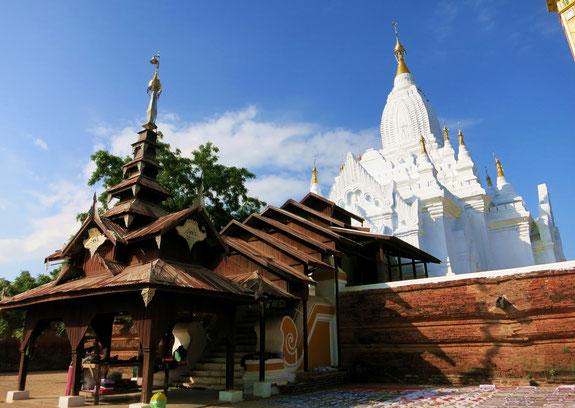 Ein der wenigen weißen Pagoden in Bagan