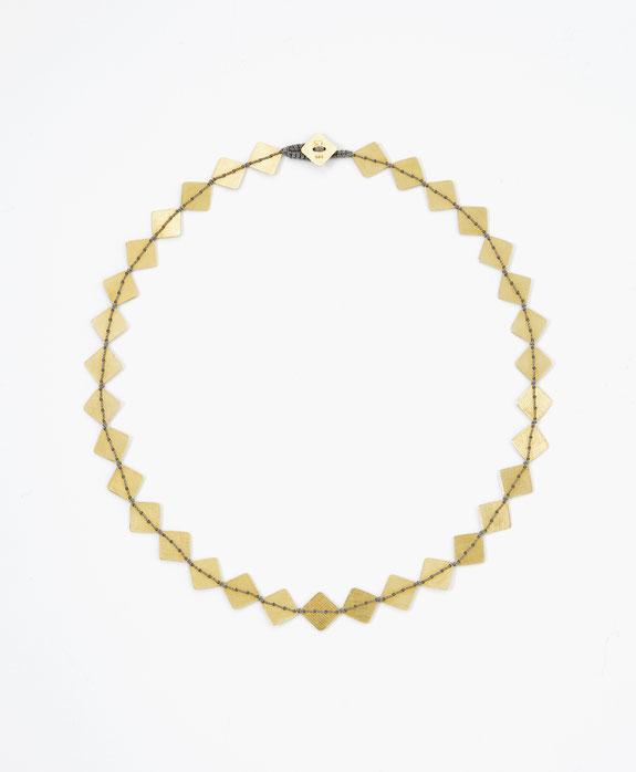 Goldkette, viereckige Plättchen mit grauem Garn zusammengenäht