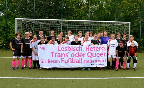 DFC Kreuzberg Frauenfußball gegen Sexismus, Homophobie, Diskriminierung , unser Banner für homo, trans, queer, inter, hetero im Fußball