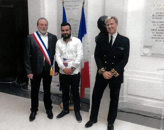 Ali Enmek, joueur de l'AS2A et partenaire du club, entouré de M. le Maire d'Airaines et du Secrétaire Général de la Préfecture